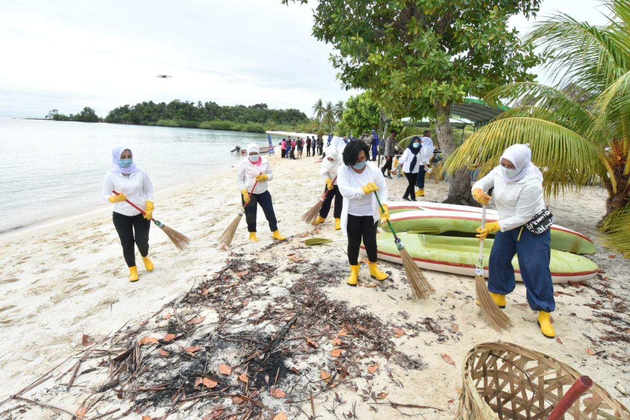 Dalam Rangka Memperingati HKGB Ke-68, Bhayangkari Kepri Tanam Terumbu Karang